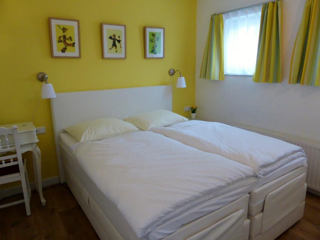 Gele Slaapkamer : Living room Yellow Lily (Gele Lelie)